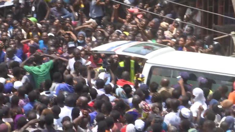 Une foule immense se rassemble alors qu'un enfant est emmené dans une ambulance