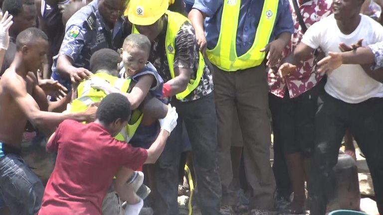 Un enfant est sauvé vivant du bâtiment effondré