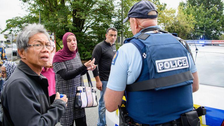 Des membres du public se sont rassemblés devant la mosquée Masjid Al Noor pendant qu'ils attendaient des informations sur leurs proches.