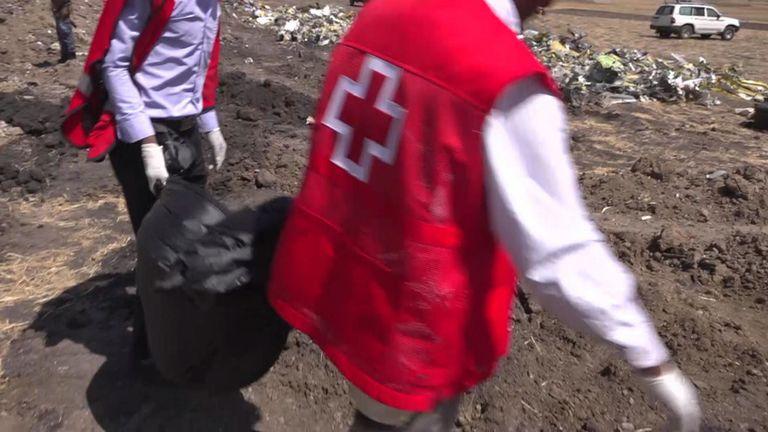 Des membres de la Croix-Rouge recherchent les passagers & # 39; restes