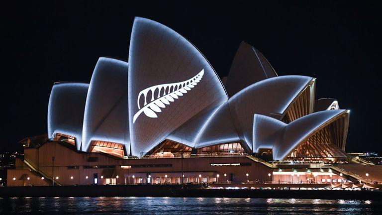 Le symbole national de la Nouvelle-Zélande est illuminé à l'Opéra de Sydney