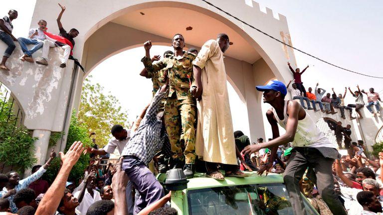 Les manifestants se rassemblent devant le ministère de la Défense à Khartoum