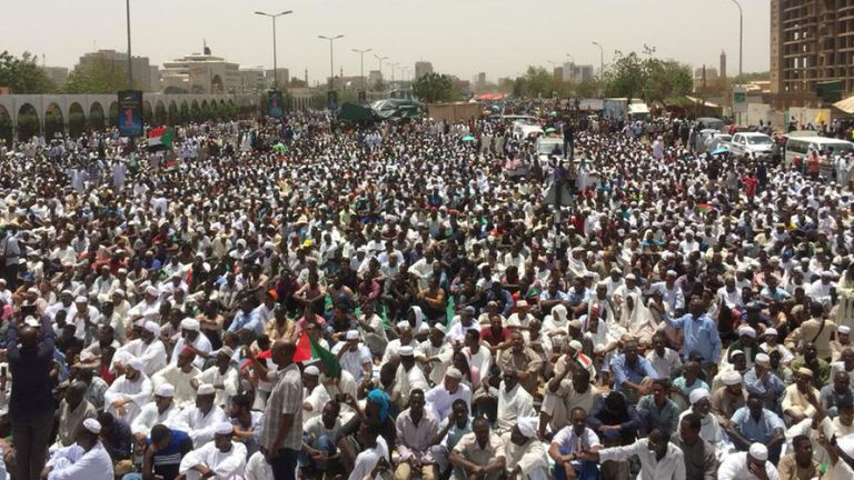 Des milliers de manifestants ont participé à un sit-in près du quartier général de l'armée vendredi