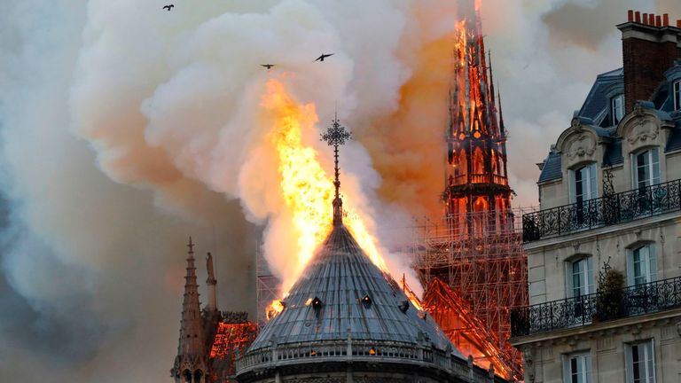 L'incendie qui fait rage à la cathédrale parisienne