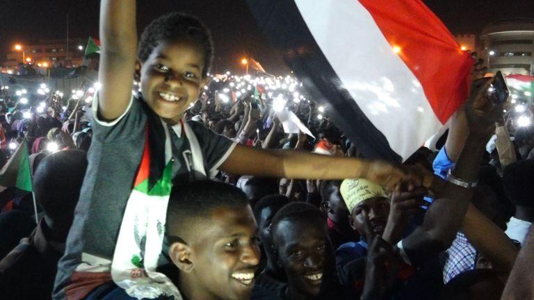 Un enfant brandit un drapeau lors de manifestations dans la capitale soudanaise, Khartoum