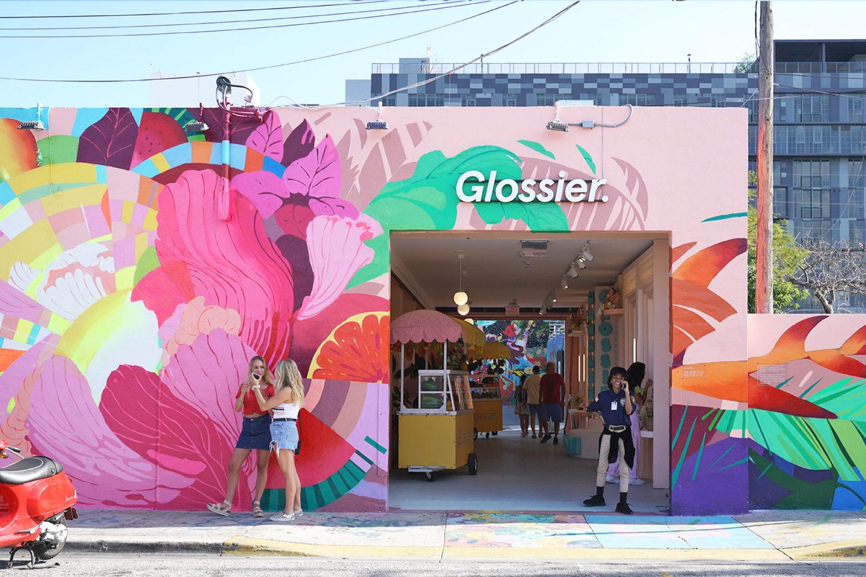 """Glossier Miami Pop Up """"width ="""" 1080 """"height ="""" 720 """"srcset ="""" https://camaraderielimited.fr/wp-content/uploads/2019/04/Glossier-Miami-PopUp-Wynwood-1440x960.jpg 1440w, http : //thebeautylookbook.com/wp-content/uploads/2019/04/Glossier-Miami-PopUp-Wynwood-800x533.jpg 800w, http://thebeautylookbook.com/wp-content/uploads/2019/04/Glossier- Miami-PopUp-Wynwood-100x67.jpg 100w, http://thebeautylookbook.com/wp-content/uploads/2019/04/Glossier-Miami-PopUp-Wynwood-1080x720.jpg 1080w """"tailles ="""" (largeur maximale: 1080px) 100vw, 1080px """"data-jpibfi-post-extrait = extrait"""" """"Glossier Miami Pop Up Store à Wynwood, ouvert pour une période limitée jusqu'au 28 avril. Un coup d'œil à l'intérieur du joli magasin, des pioches et des échantillons. """"Data-jpibfi-post-url ="""" http://thebeautylookbook.com/2019/04/glossier-miami-pop-up-shop.html """"data-jpibfi -post-title = """"Boutique éphémère de Miami"""" data-jpibfi-src = """"https://camaraderielimited.fr/wp-content/uploads/2019/04/Glossier-Miami-PopUp-Wynwood-1440x960.jpg"""" /></p> <p><img class="""