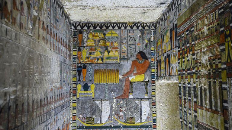 La tombe est construite en briques de calcaire blanc