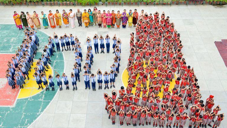 Les élèves et les enseignants indiens se présentent sous la forme du numéro 100 et du numéro 39. le vendredi