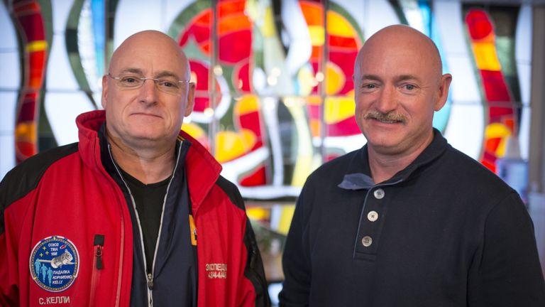 L'astronaute Scott Kelly (à gauche) et sa double marque