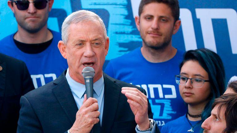 Le général israélien à la retraite Benny Gantz, l'un des dirigeants de l'alliance politique bleue et blanche (Kahol Lavan), prend la parole lors d'un événement de campagne dans la ville côtière de Tel Aviv le 8 avril 2019, un jour avant les élections. (Photo de JACK GUEZ / AFP) (Le crédit photo devrait correspondre à JACK GUEZ / AFP / Getty Images)