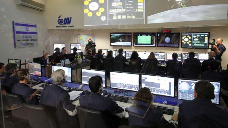 Des membres du vaisseau spatial israélien Beresheet dans la salle de contrôle de Yahud en Israël