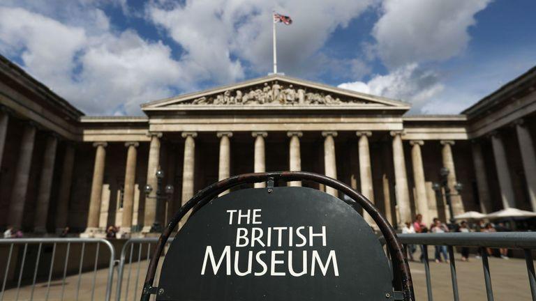 Des panneaux sont photographiés à l'extérieur du British Museum, dans le centre de Londres, le 24 août 2018. (Photo de Daniel LEAL-OLIVAS / AFP) (Le crédit photo devrait correspondre à DANIEL LEAL-OLIVAS / AFP / Getty Images)
