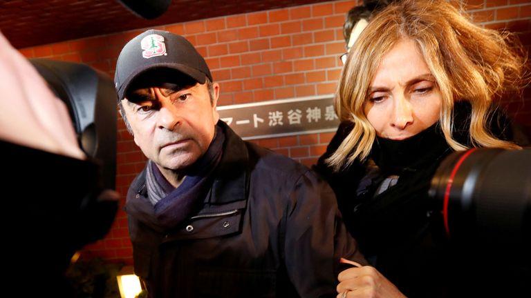 L'ancien président de Nissan Motor, Carlos Ghosn, accompagné de son épouse Carole Ghosn, arrive à son domicile à Tokyo, au Japon, le 8 mars 2019.