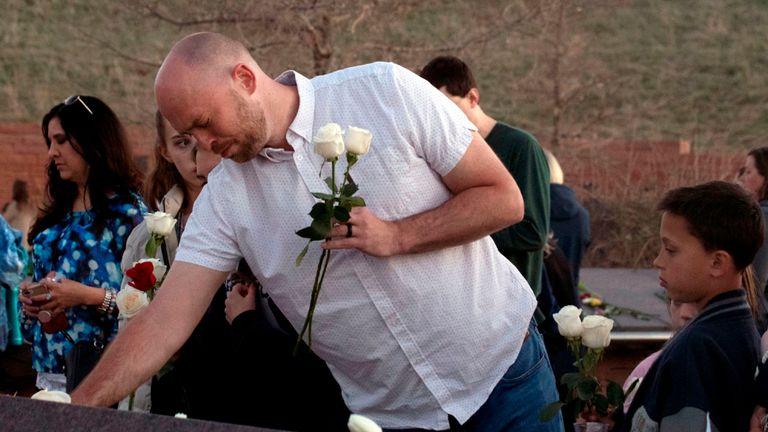 Will Beck, un survivant du massacre du lycée Columbine, réagit en déposant des fleurs sur le monument commémoratif Columbine à Clement Park, à Littleton, dans le Colorado, lors d'une veillée communautaire pour le 20e anniversaire de la fusillade de masse du lycée Columbine le 19 avril 2019. - 12 étudiants et un enseignant ont été massacrés par deux étudiants lourdement armés, il y a près de 20 ans, lors de la fusillade du Columbine High School le 20 avril 1999. (Photo de Jason Connolly / AFP) (Le crédit photographique devrait être JASON CONNOLLY / AFP / Getty