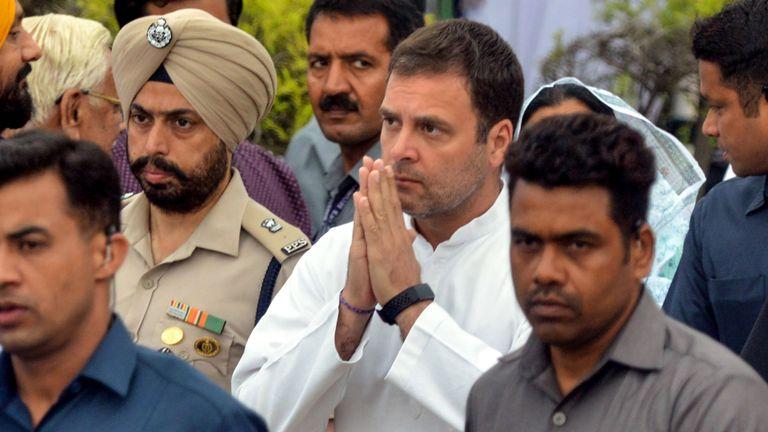 Le président du parti du Congrès national indien, Rahul Gandhi (C), après avoir déposé une couronne