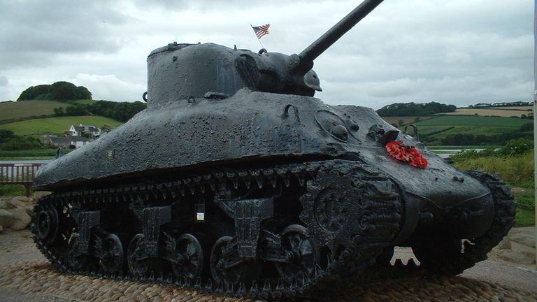 Un char Sherman élevé par un habitant du Devon pour servir de mémorial à ceux qui sont morts à Slapton Sands. Pic: Wikicommons