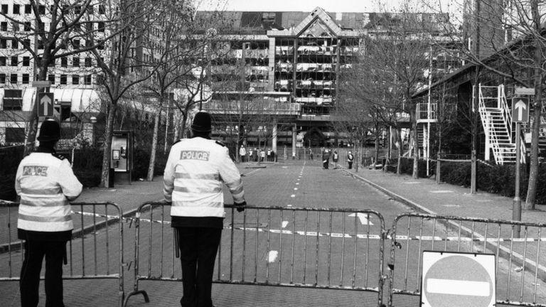 Des policiers en service dans une rue isolée de Canary Wharf, dans les Docklands de Londres, à la suite de l'explosion de la bombe lors du cessez-le-feu de l'IRA, le 15 février 1996. (Photo de Steve Eason / Hulton Archive / Getty Images)