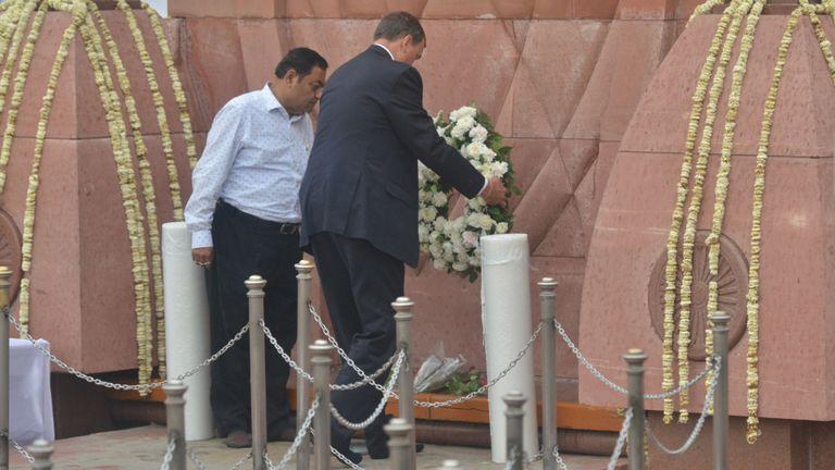 Dominic Asquith (C) dépose une couronne de fleurs en hommage au 100e anniversaire du massacre de Jallianwala Bagh