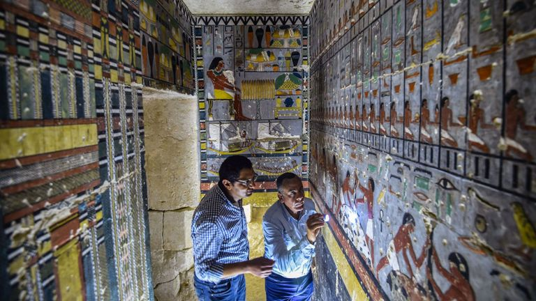 Des experts examinent les marques sur le mur de la tombe près de Saqqarah
