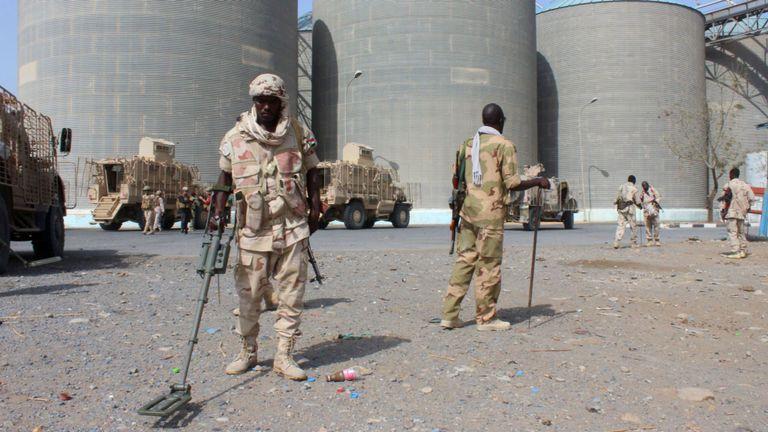 Les troupes qui font partie d'une coalition militaire soutenue par les Saoudiens détectent des mines à Red Sea Mills