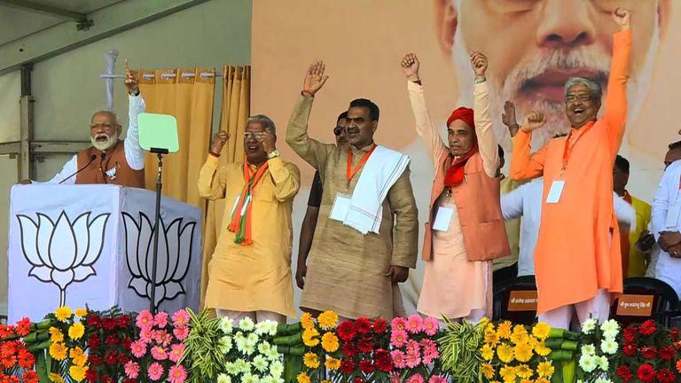 Narendra Modi s'adresse à une foule lors d'un rassemblement électoral