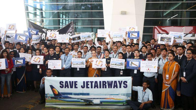 Des employés de Jet Airways tiennent des pancartes alors qu'ils se rassemblent pour une marche silencieuse au terminal 3 de l'aéroport international Indira Gandhi, à New Delhi, le 13 avril 2019