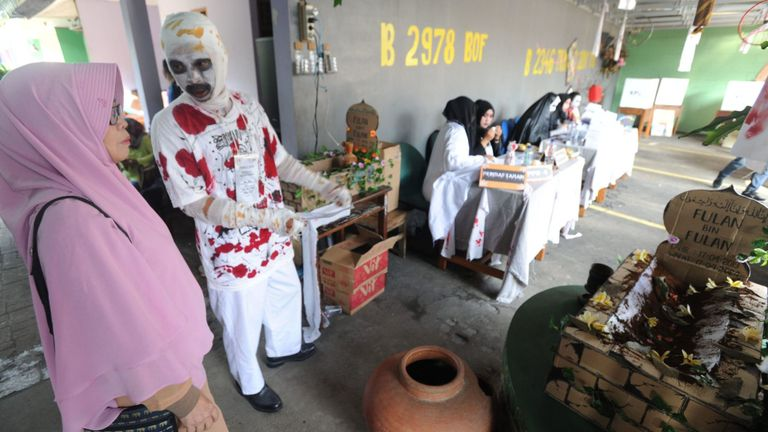 Un employé électoral indonésien déguisé en fantôme accueille les électeurs à Jakarta