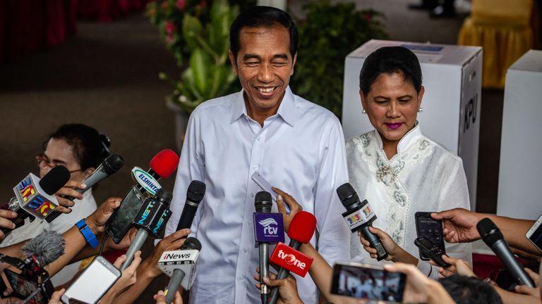 Le président indonésien Joko Widodo et son épouse Iriana s'entretiennent avec des journalistes après son vote