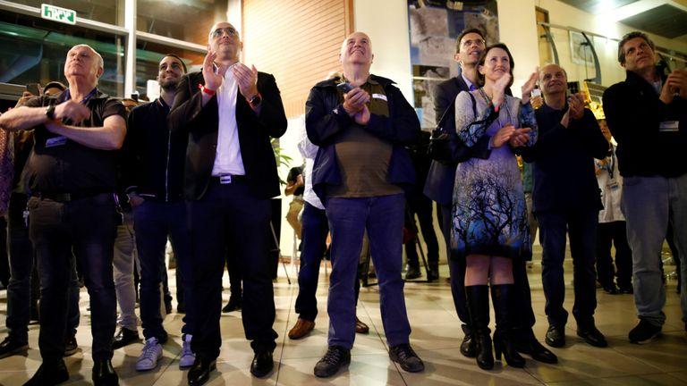 Les gens réagissent lorsqu'ils observent le vaisseau spatial israélien atterrir sur la lune à Yehud, en Israël