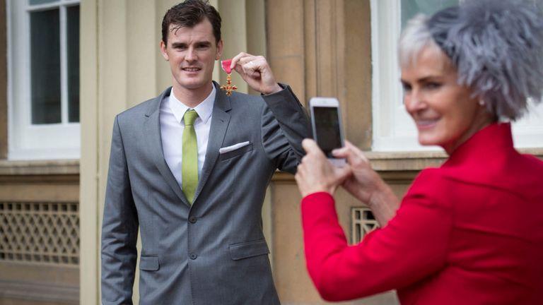 Judy Murray et son fils Jamie Murray après avoir reçu son OBE en 2016