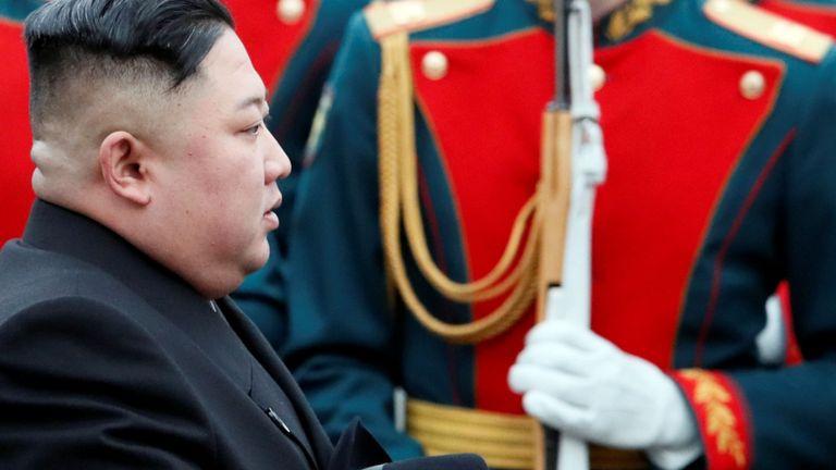 Le dirigeant nord-coréen Kim Jong Un arrive à la gare de la ville russe de Vladivostok, dans l'est de la Russie, le 24 avril