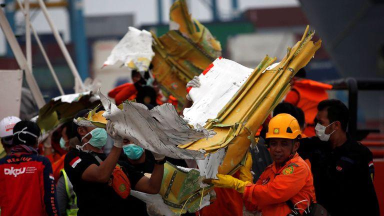Les membres de l'équipe de secours transportent les débris du vol JT610 du Lion Air qui s'est écrasé