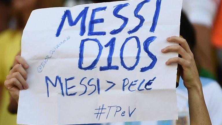 """Un supporter argentin brandit une bannière en espagnol: """"Messi, Dieu"""" à la coupe du monde 204"""