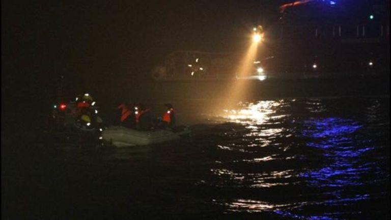 Les migrants ont été interceptés à 12 milles à l'ouest de Boulogne. Pic: Préfet Maritime Manche