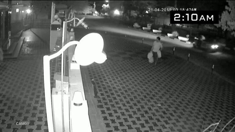 Mohammed Nasar Mohammed Azar arrivant à une mosquée de Batticaloa