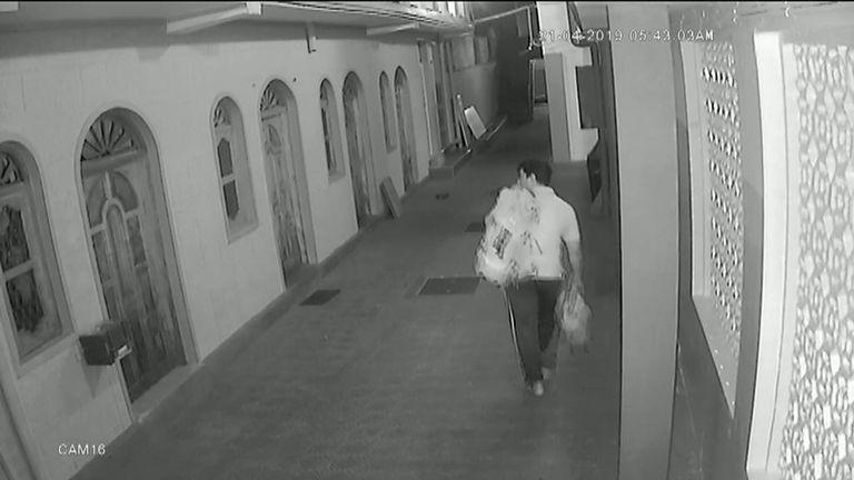 Mohammed Azar à l'intérieur de la mosquée Jami Us-Salam à Batticaloa