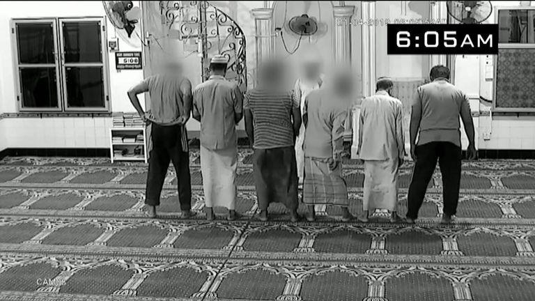 Mohammed Azar - à l'extrême droite - se joint aux autres pour prier