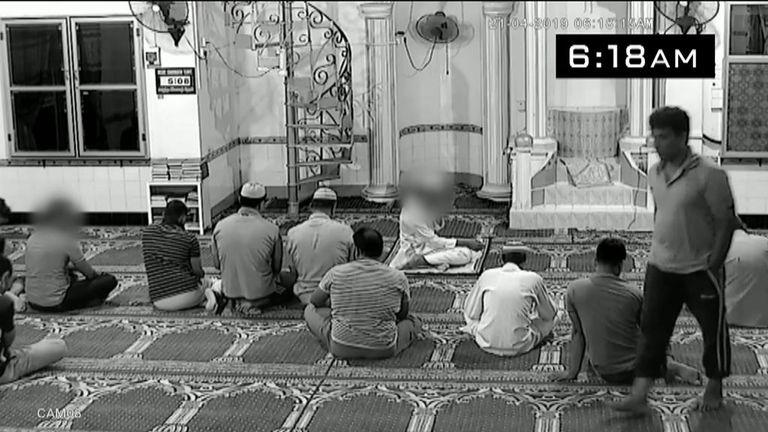 Il laisse des prières pendant que d'autres adorent encore