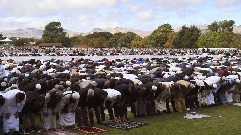 Des milliers de personnes ont pris part aux prières et ont apporté une réponse frappante et provocante à la fusillade