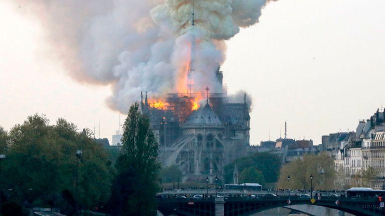 D'épais panaches de fumée ont été vus dans le ciel parisien