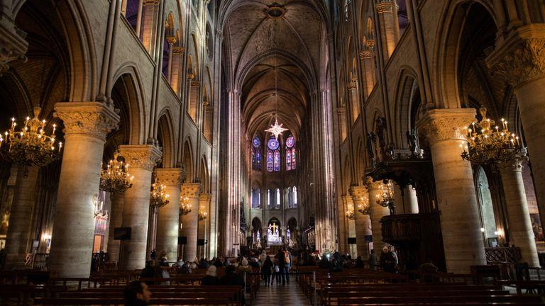 Une image d'archive de l'intérieur de l'emblématique cathédrale Notre-Dame, prise avant l'incendie