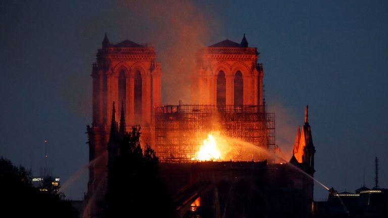 Le toit de la cathédrale Notre-Dame s'est effondré après un incendie dévastateur.
