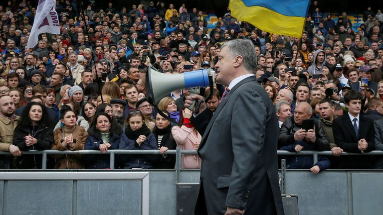 M. Porochenko, parle à la foule après une tentative infructueuse de débat