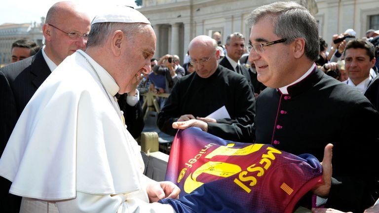 Le pape François reçoit le maillot de Lionel Messi à Barcelone en 2013