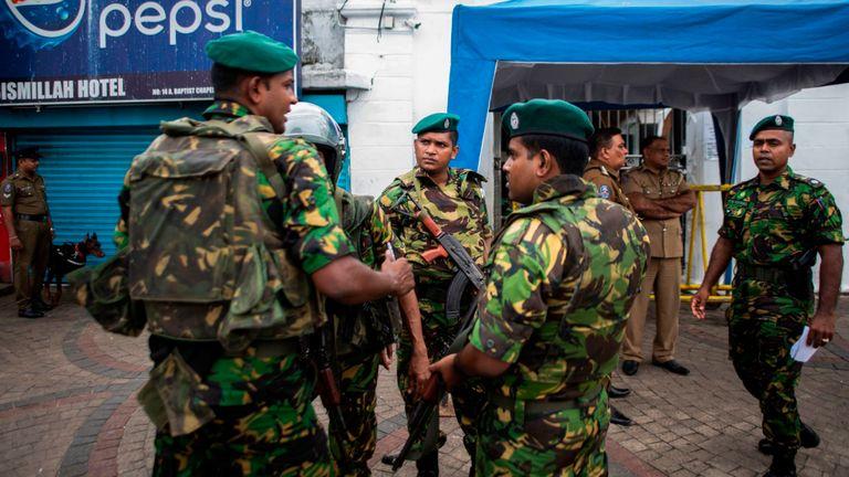 Des soldats armés montent la garde devant une mosquée lors des prières du vendredi