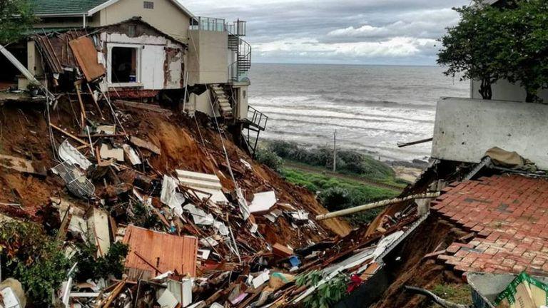 Des débris éparpillés après les inondations à Amanzimtoti, près de Durban