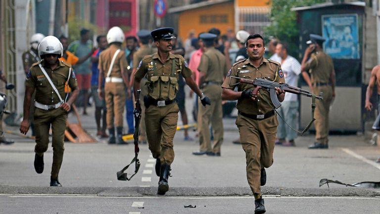 La police sri-lankaise nettoie la zone pendant que des agents de l'escouade anti-bombes de la Force opérationnelle spéciale inspectent le site d'un fourgon explosé près d'une église attaquée hier à Colombo, au Sri Lanka, le 22 avril 2019. REUTERS / Dinuka Liyanawatte
