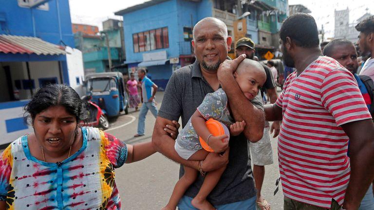 Les personnes vivant près de l'église attaquée hier quittent leurs maisons alors que l'armée tente de désamorcer une fourgonnette présumée avant qu'elle n'explose à Colombo, Sri Lanka, le 22 avril 2019. REUTERS / Dinuka Liyanawatte IMAGES TPX DU JOUR