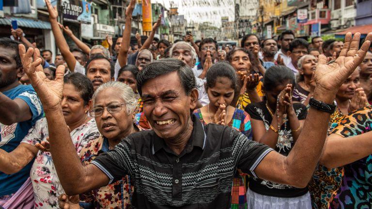 Les Sri-Lankais prient dans la rue près du sanctuaire de St Anthony