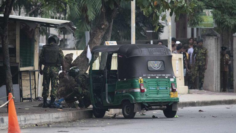 Des soldats cherchent un véhicule abandonné dans la capitale colombienne, Sri Lanka, vendredi
